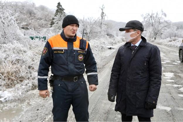 Gubernator regionu Oleg Kożemjako podczas inspekcji szkód