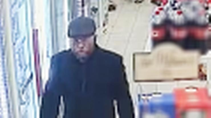 Warszawa. Brutalny atak w sklepie. Pobił 70-latka, bo zwrócił mu uwagę. Szuka go policja