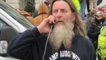 """FBI aresztowała mężczyznę, który na Kapitolu nosił bluzę z napisem """"Obóz Auschwitz"""""""