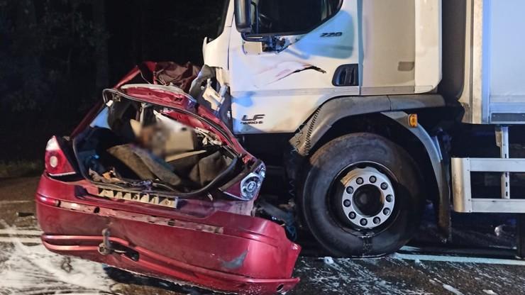 Sarnia Góra, warmińsko-mazurskie. Samochód zderzył się z ciężarówką. Zginęli ojciec i dwaj synowie