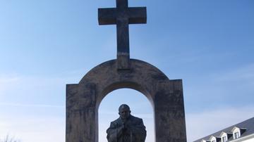 Pomnik Jana Pawła II we Francji przeniesiony na teren należący do katolickiego gimnazjum