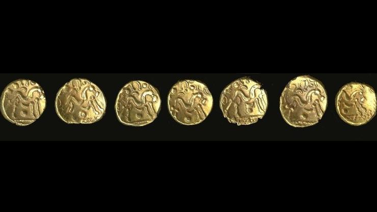 Na polu znaleziono skrytkę pełną złotych monet. Mają ponad 2 tys. lat