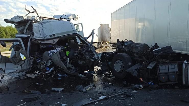 Zderzenie dwóch ciężarówek. Jedna uderzyła w tył drugiej
